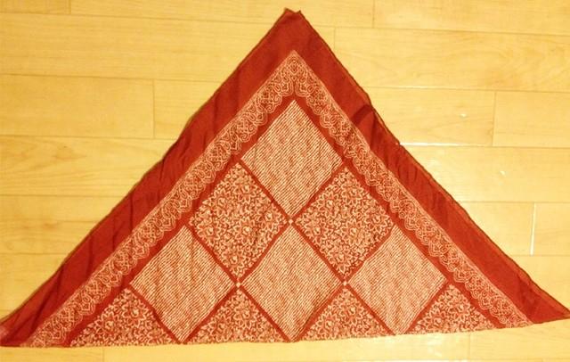 スカーフを三角形になるように半分に折る