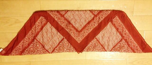 スカーフの三角形の頂点の部分が底辺の部分にくるように、さらに半分に折る