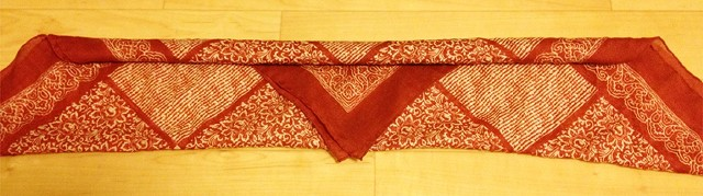 スカーフの台形の辺が短い方から長い方に向かって巻く