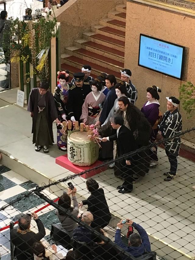 「日本橋」の出演者の挨拶と鏡開き